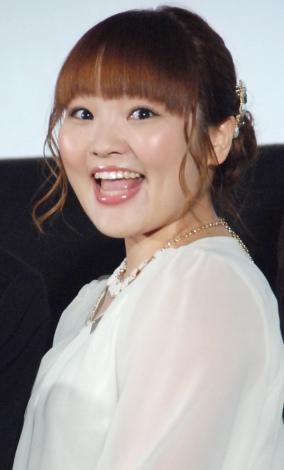 映画の完成試写会に参加する柳原可奈子さん。女性芸人ながら、小綺麗にしているので清潔感がありますよね。