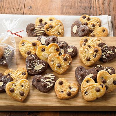 様々なナッツがちりばめられたハート型のクッキーです。プレーン味とチョコレート味のコントラストが見た目にも美しいですね。