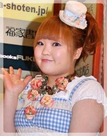 水色ののギンガムチェックの衣装が可愛らしい柳原可奈子さん。ぷりぷりしていていて愛嬌がありますね。