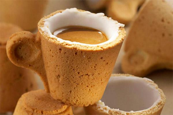 注がれたカフェオレまで見事に再現しているティーカップ型のクッキーです。取っ手部分に職人の技が光ります。