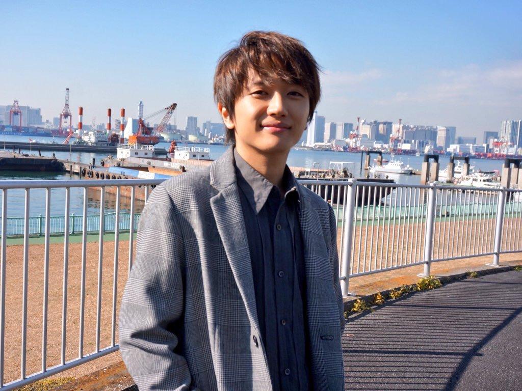 港にたたずむ西島隆弘さん。爽やかですね。とっても癒されます。