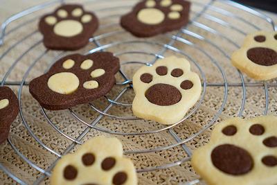 猫の肉球を思わせるようなクッキーです。プレーン味とチョコレート味の2色が反転しています。