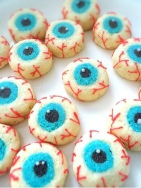 目玉の形をしたスノーボールクッキーです。「きもカワイイ」一品です。ほかの人と違うクッキーがいい人にいいかもしれません。