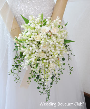 結婚式の花嫁とすずらんのブーケ。近年は丸いブーケだけではなくすずらんのつたをたれさせた形のブーケも流行っています。