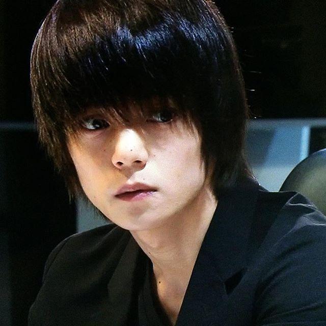 重めの前髪から覗く大きな瞳がキュンキュンしてしまう窪田正孝さん。こちらは可愛らしい一枚です。