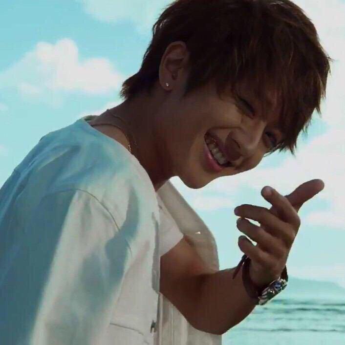 青い海をバックに逆行ながら爽やかな西島隆弘さん。夏の海がとっても似合います。
