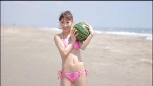 すいかを抱える石田亜佑美