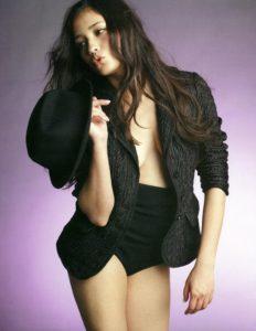 大胆衣装の黒木メイサ