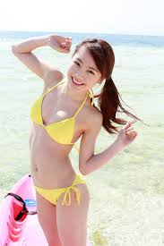黄色ビキニの石田亜佑美