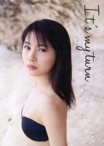 黒シンプル水着の石田亜佑美