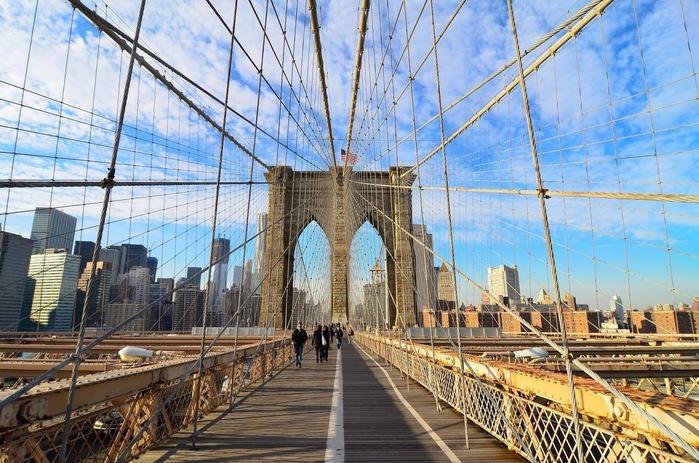 1883年に開通した世界初鋼鉄ワイヤーを使った、長さ1834mの吊り橋である「ブルックリン橋」は、ニューヨークのマンハッタン島とブルックリンを結ぶ橋です。