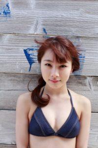 ネイビーシンプル水着の石田亜佑美
