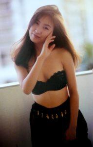黒いかっこいい水着の森口博子