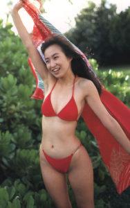 赤い水着ではしゃぐ森口博子