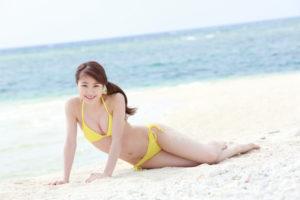 黄色ビキニで横たわる石田亜佑美