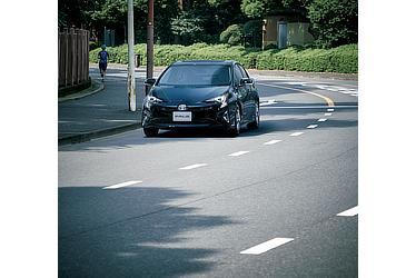 2015年発売モデルのプリウス。アティチュードブラックマイカです。道路上を低騒音で駆け抜けます。
