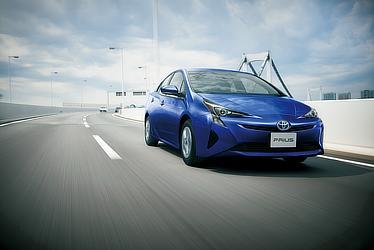 2015年発売モデルのプリウス。ダークブルーマイカメタリックです。青空の中、颯爽とドライブできたら気持ちよさそうですよね。