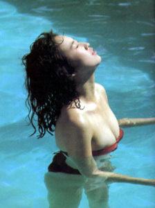 プールに入る森口博子