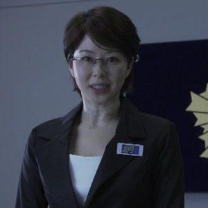 スーツに眼鏡の堀内敬子