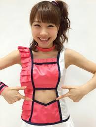 お腹のあいた衣装の石田亜佑美