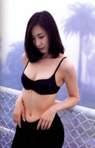 黒い水着にパンツを重ねる森口博子