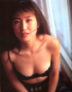 黒い水着で色っぽい森口博子