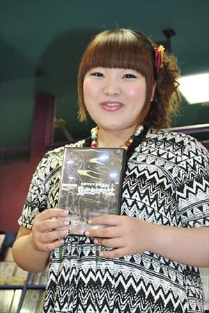 DVDのPRをする柳原可奈子さん。モノトーンの衣装はめずらしいですね。シックな雰囲気が新鮮です。