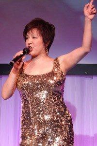 ゴールドドレスの麻倉未稀
