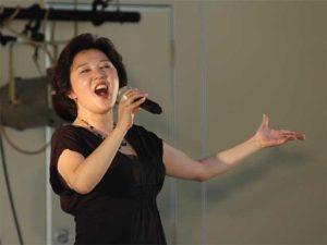 ステージで歌う麻倉未稀