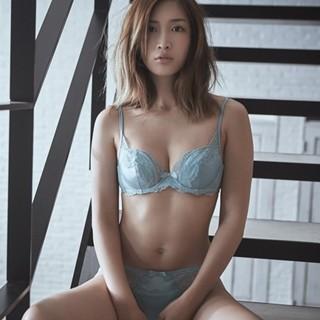 紗栄子見つめる