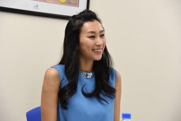 「ディズニー・オン・アイス」のPR大使としてインタビューに答える浅田舞さん。ポンパドールの前髪も華やかで可愛らしいですね。