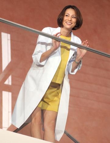「ドクターX〜外科医・大門未知子〜」で主演を果たした米倉涼子さん。劇中ではなかなか見せない笑顔が貴重です。