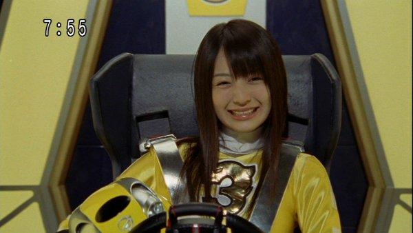 「炎神戦隊ゴーオンジャー」ではゴーオンイエロー役を熱演した逢沢りなさん。笑顔が榮倉奈々さんに似ていますね。