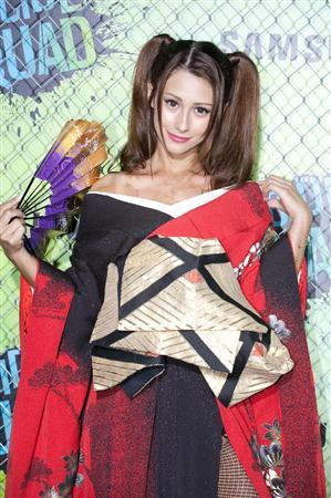 「花魁」に扮したダレノガレ明美さん。鎖骨がキレイなのでとっても似合っていますね。