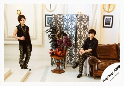 「Hey!Sey!JUMP」の岡本圭人さんと過ごす知念侑李さん。シャープでカッコいい2人です。