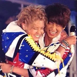 「NEWS」のライブ中の小山慶一郎さん。手越祐也さんとハグをしています。熱い友情を感じますね。