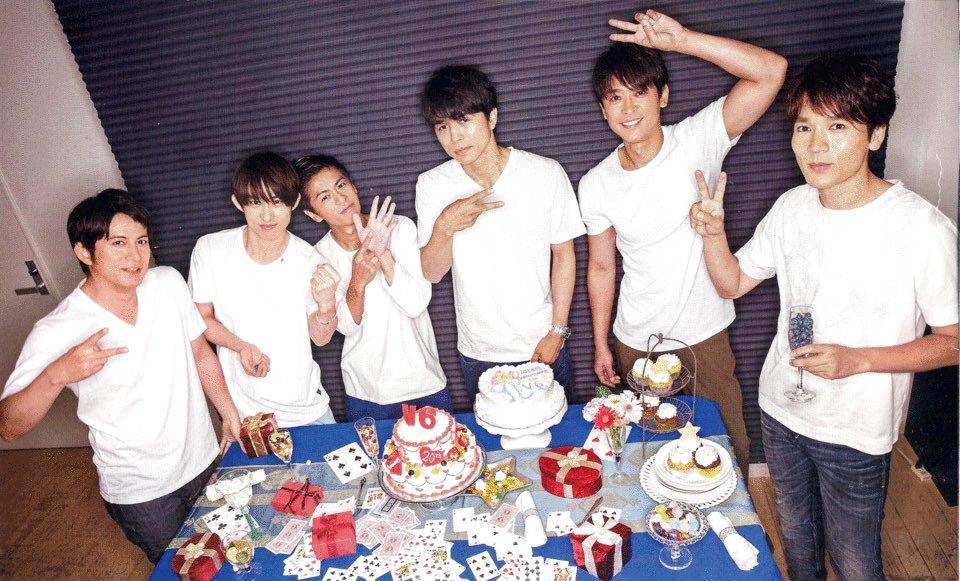 「V6」のメンバーと一緒の森田剛さん。みんなが「V」マークを作っている中ひとり「6」マークを作っています。