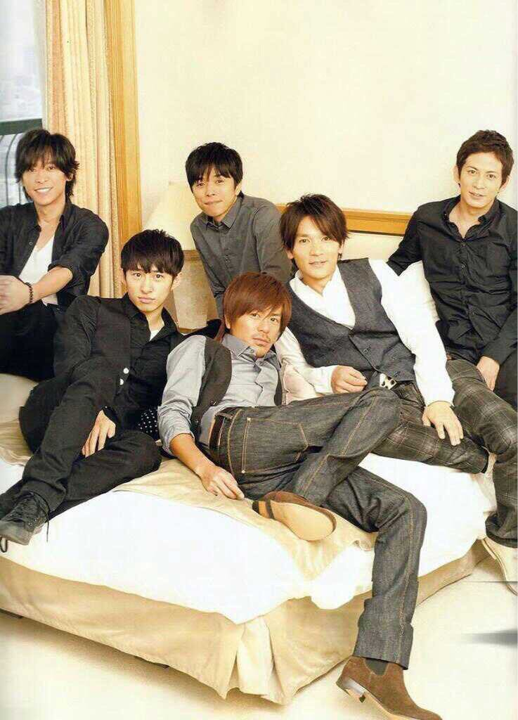 「V6」のメンバーと一緒の森田剛さん。センターでセクシーポーズを決めています。