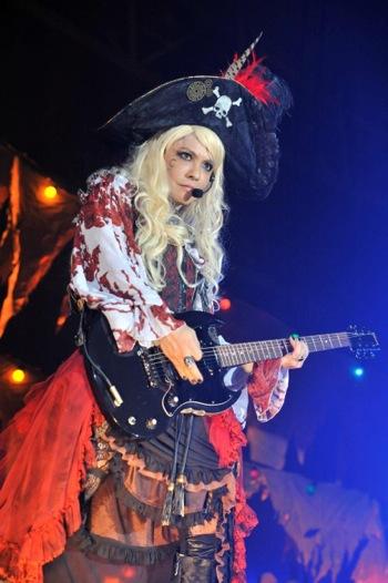 「VAMPS」主催の「HALLOWEEN PARTY 2014」一日目で女海賊に扮したhydeさん。女性よりも美しいですね。