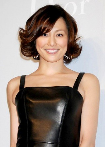 『ディオール銀座』の内覧会にゲストとして出席した米倉涼子さん。ドレッシーなたたずまいで華やかな雰囲気ですね。