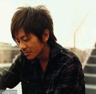うつむいている森田剛さん。少し憂い気な表情がたまりません。
