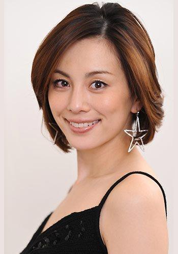 こちらをみてほほえむ米倉涼子さん。目力が強いですね。