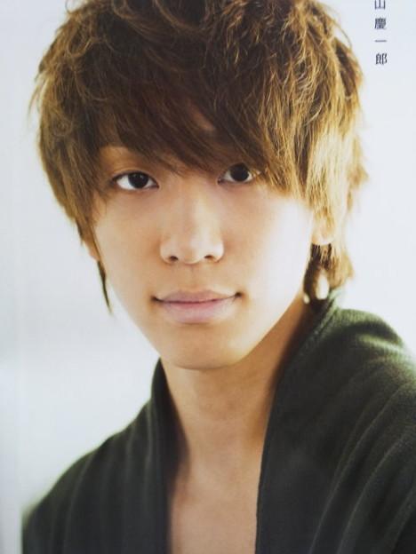 こちらを見つめる小山慶一郎さん。まっすぐな瞳ですね。