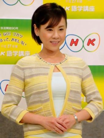 イエローのカーディガンの高橋真麻さん。NHKの英語番組にも出演しています。