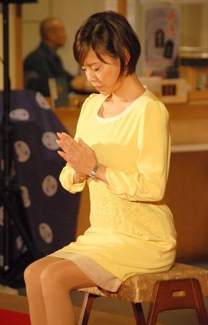 イエローのワンピースでお祈りをする高橋真麻さん。姿勢がいいですね。