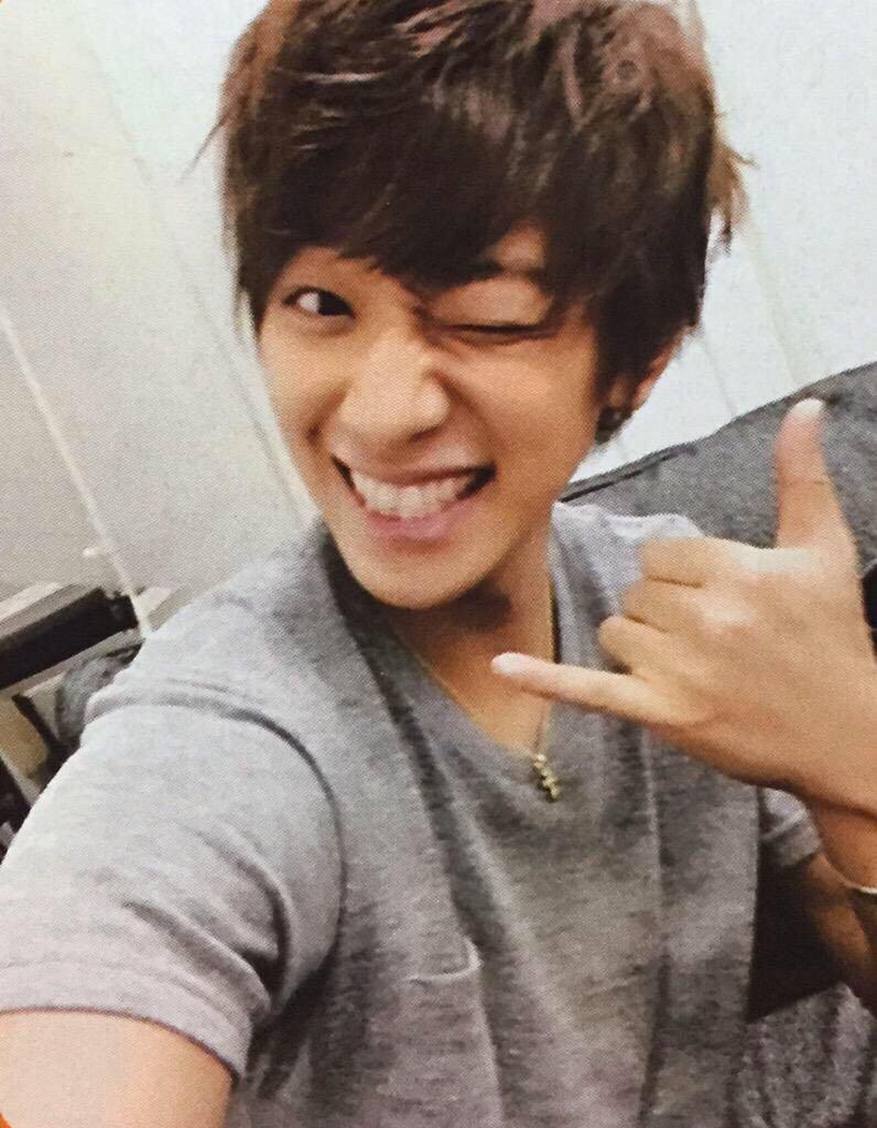 ウィンクをするオチャメな表情の小山慶一郎さん。貴重なショットです。