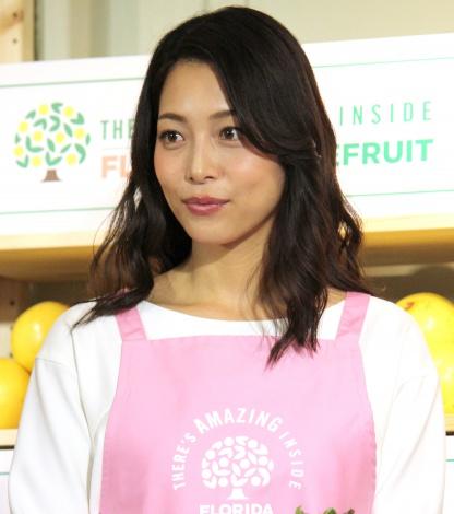 エプロン姿が家庭的な相武紗季さん。小さい頃はシンクロナイズドスイミングを習っていたそうです。