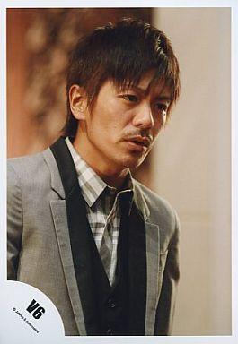 カチッとしたジャケットにチェックのシャツで外した「V6」の森田剛さん。間に挟んだカーディガンがかわいいですね。