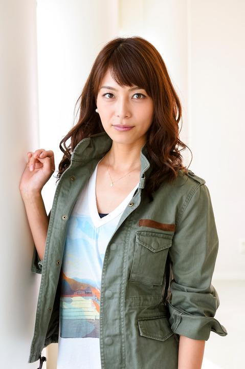 カーキのジャケットがカジュアルな相武紗季さん。中学時代は水泳部に所属していました。
