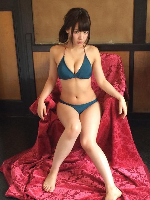 グリーンの水着でベロアの椅子にすわる山田菜々さん。グループ卒業後はバラエティ番組で大活躍しています。